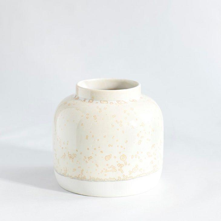 Vase Bred I Hvidt Ler Med Beige Krystalglasur
