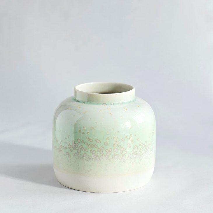 Vase Bred I Hvidt Ler Med Grøn Krystalglasur