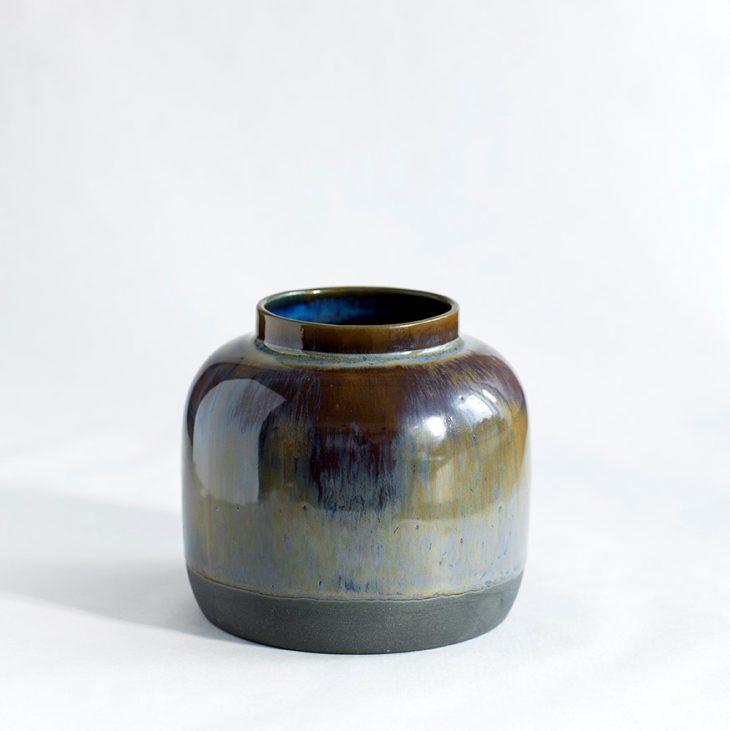 Vase Bred I Sort Ler Med Blå Brun Glasur