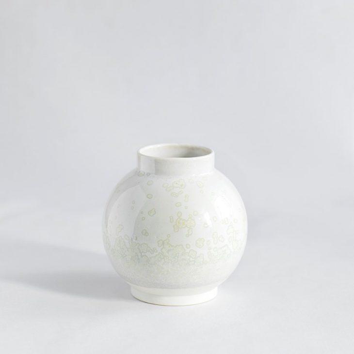 Vase Lille Rund I Hvidt Ler Med Hvid Krystalglasur