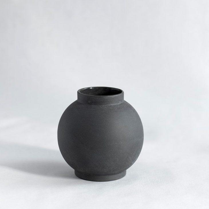 Vase Lille Rund I Mat Sort Ler