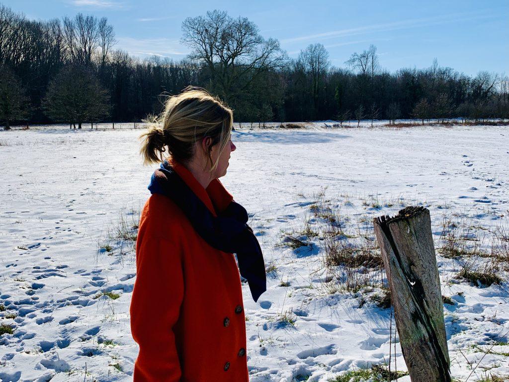 Liesbeth met haar fel rode jas