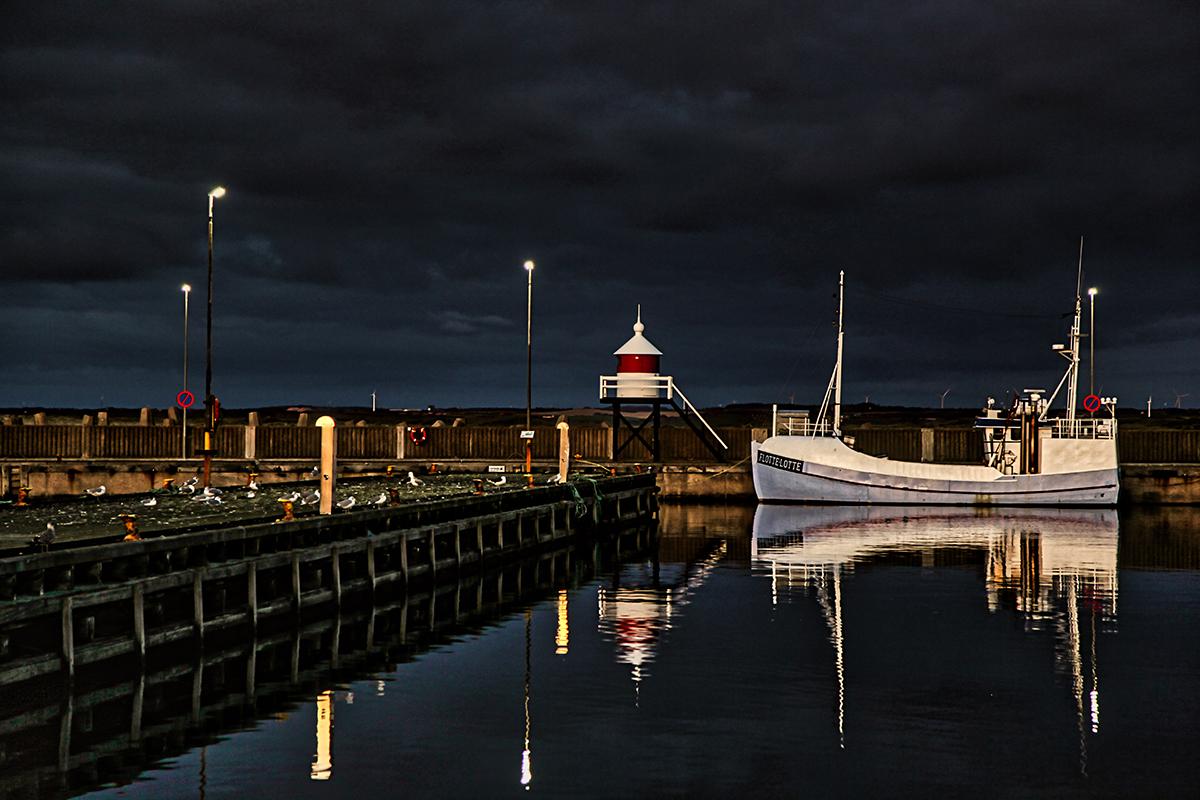 Båd fortøjet i havn