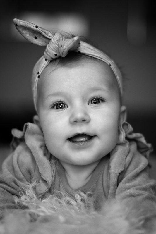 Baby med hårbånd sort hvid