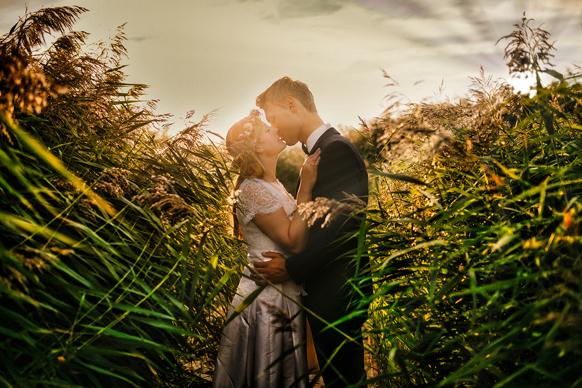 Brudepar der kysser i mark
