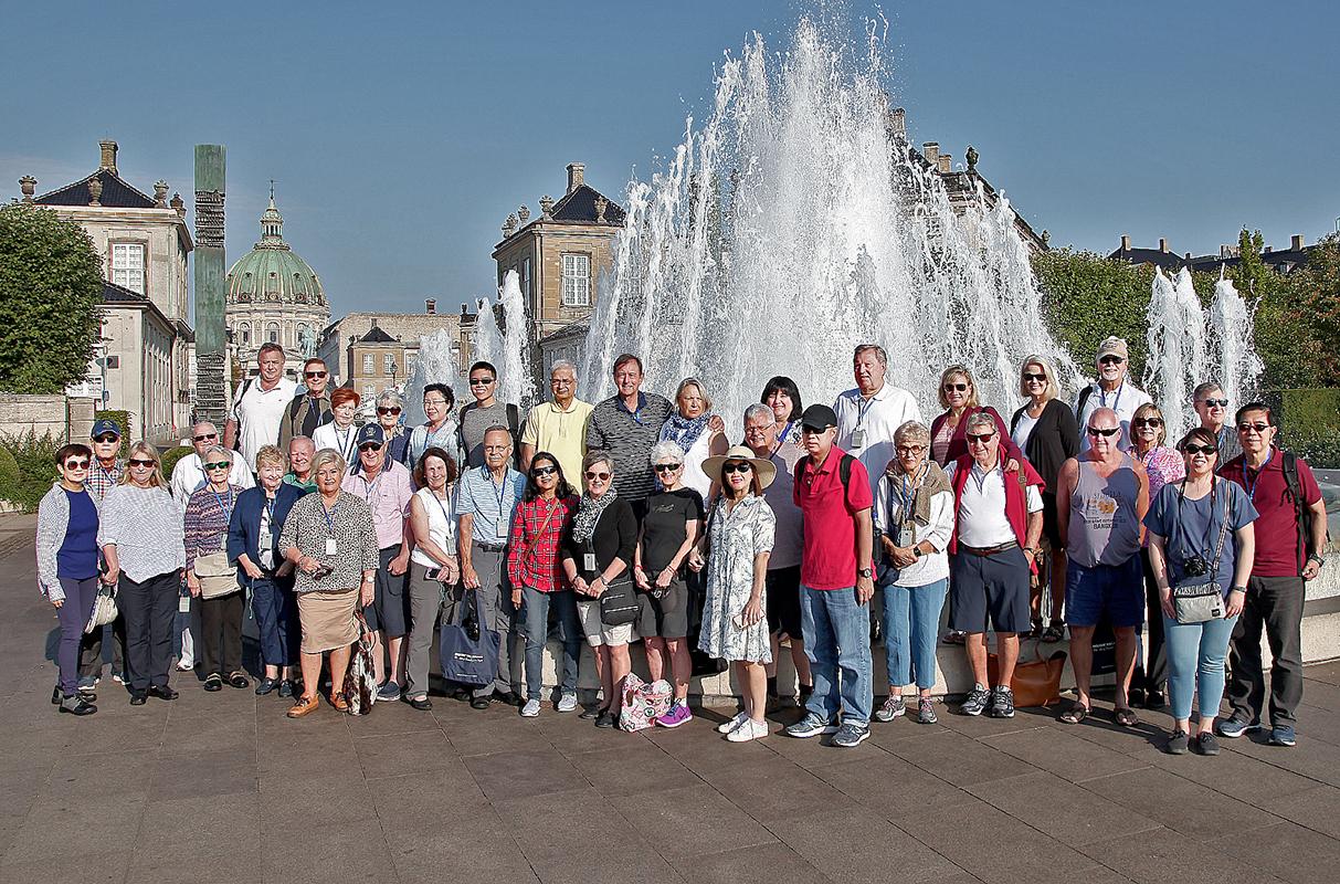 Gruppebillede foran springvand