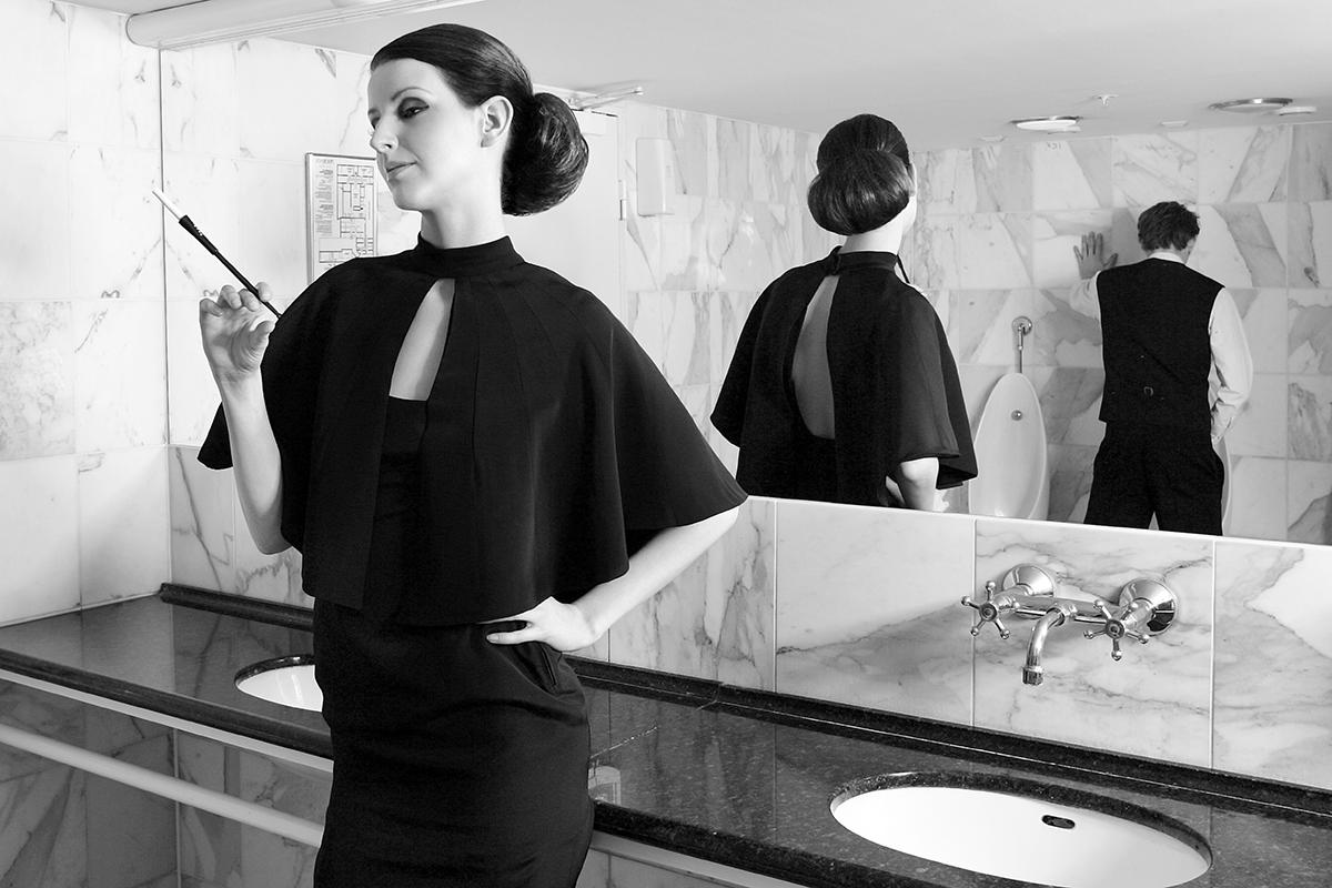 Kvinde med cigaret på toilet