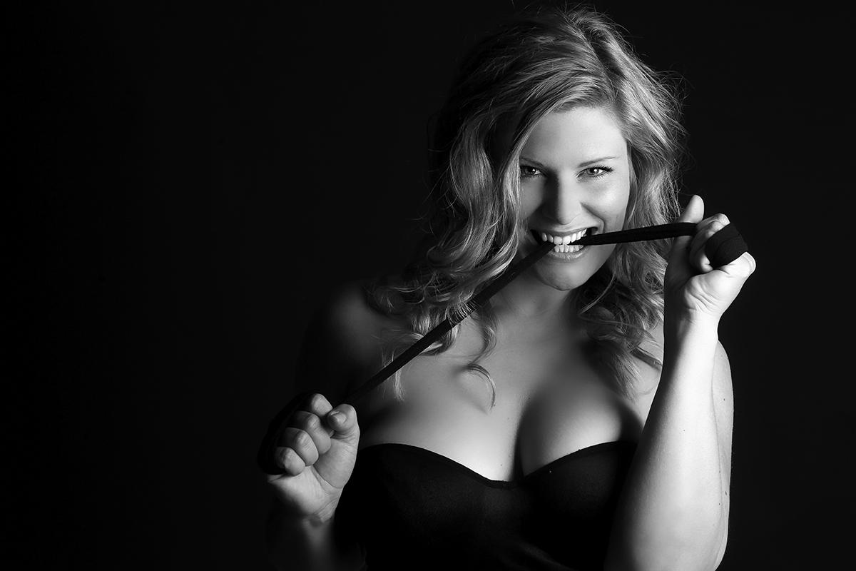 Kvinde i frækt lingeri