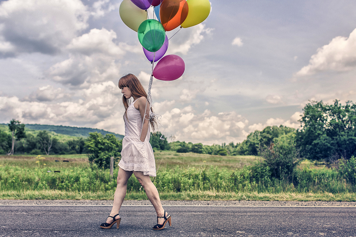 Kvinde hvid kjole balloner