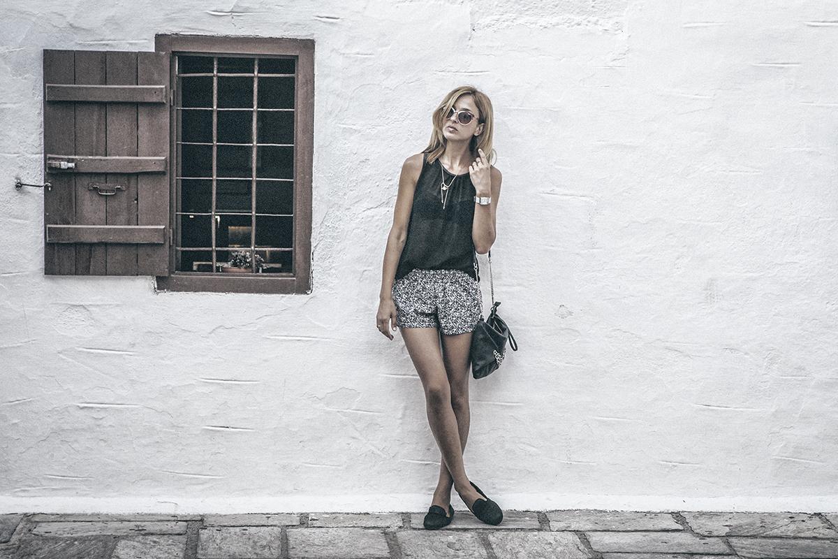 Kvinde foran hvid væg