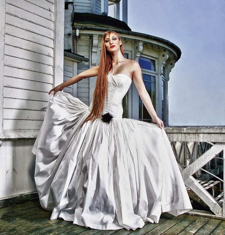 Kvinde med langt hår i kjole