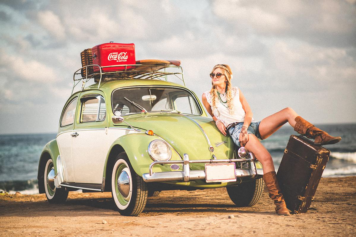 Kvinde ved lille bil