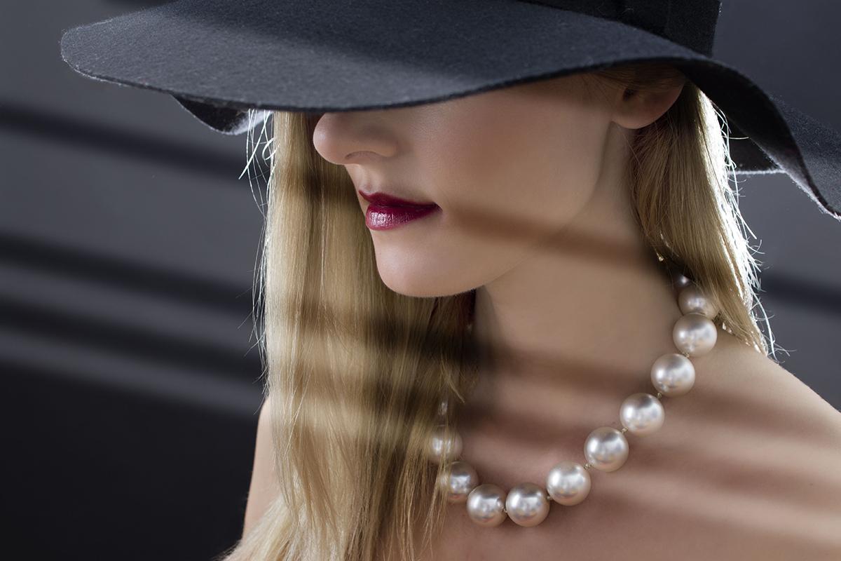 Kvinde perlehalskæde sort hat