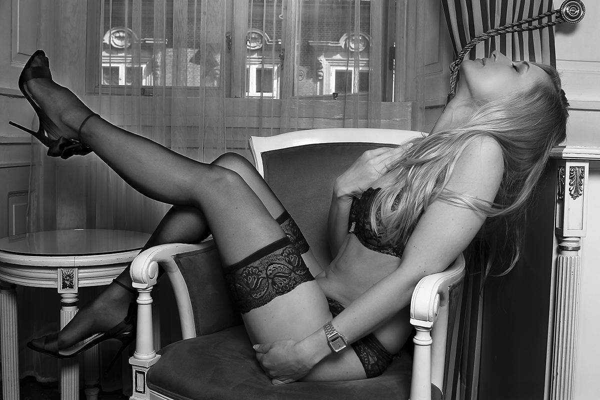 Kvinde på stol i lingeri