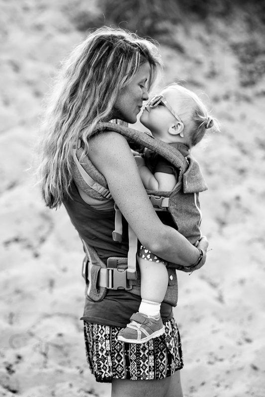 Mor og datter i bæresele portræt