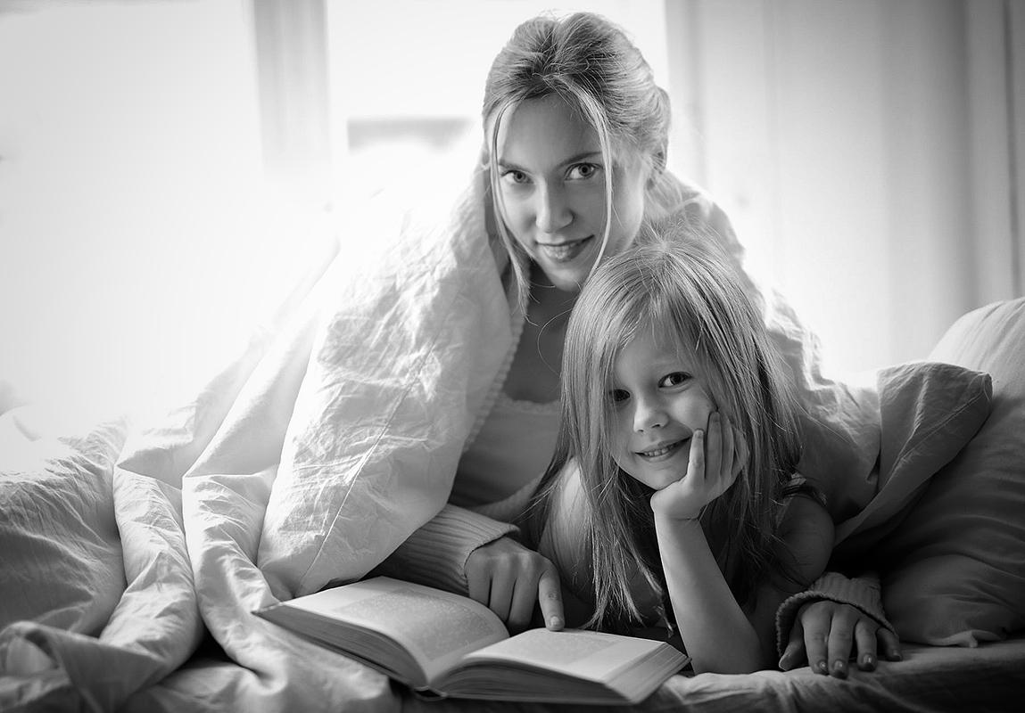 Mor og datter højtlæsning portræt