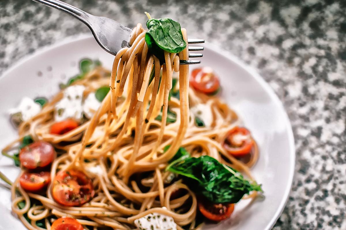Pastaret med tomater og basilikum