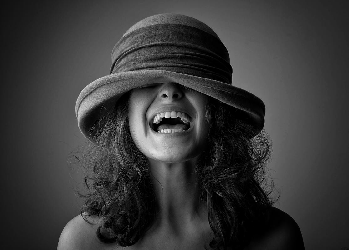 Portræfoto kvinde med rund hat