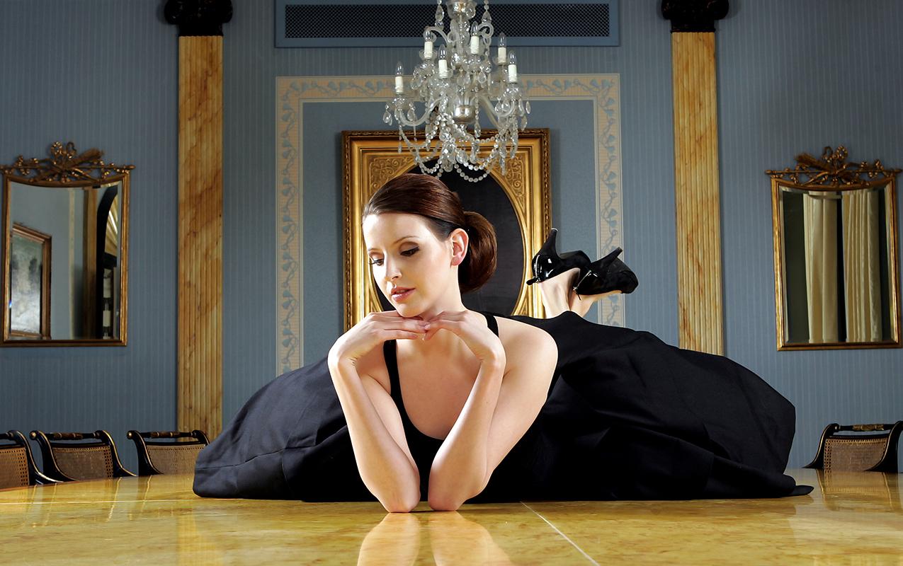 Portræt af kvinde liggende på gulv