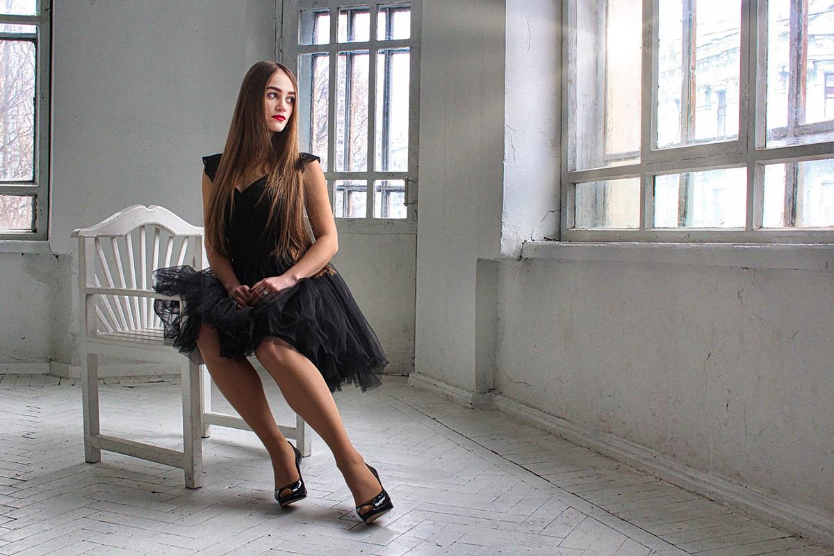 Portræt af kvinde i sort kjole