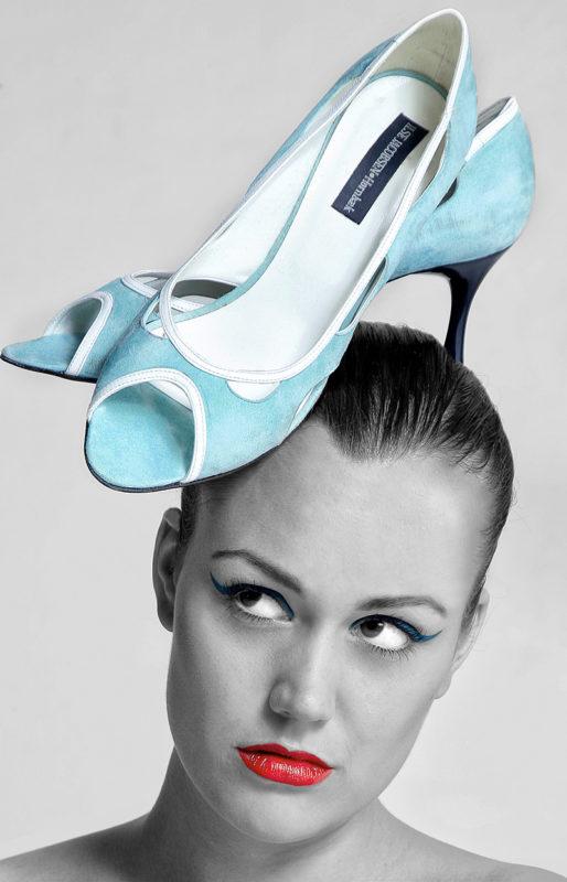 Portræt af kvinde med stiletter på hovedet