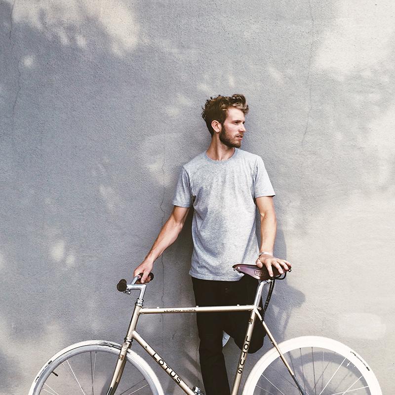 Portræt af mand med cykel