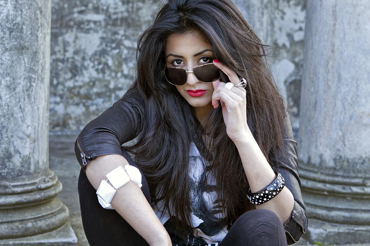 Portrætbillede kvinde solbriller røde læber