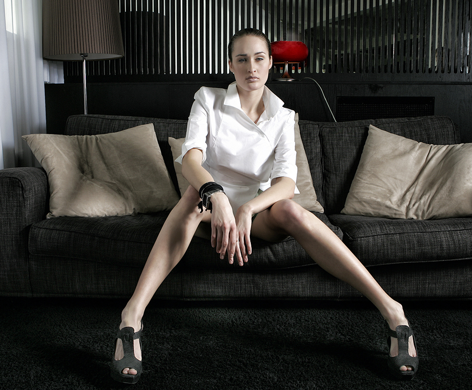 Portrætfoto af kvinde med lange ben