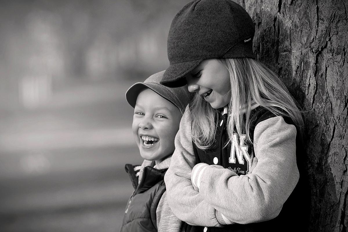Søskendeportræt sort hvid