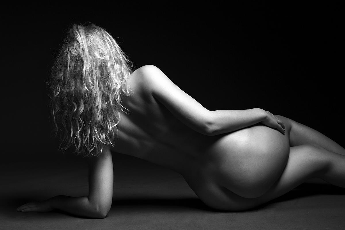 Sort hvid boudoirbillede af kvinde