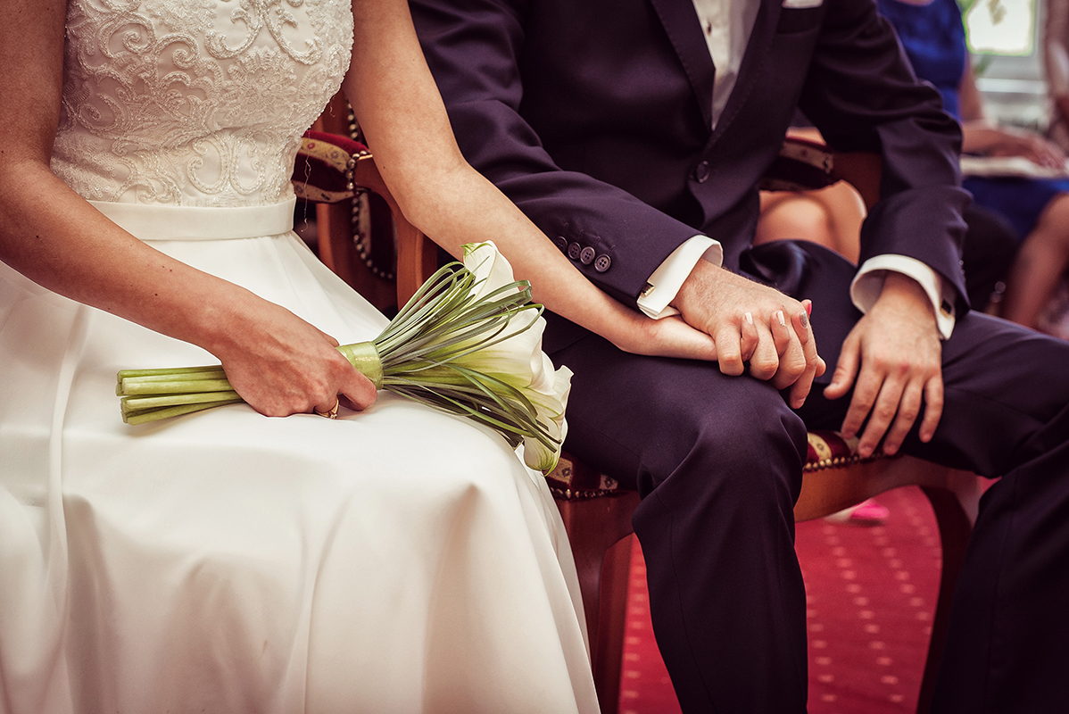 Spændt brudepar ved vielse