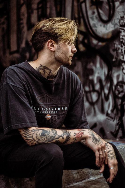 Tatoveret ung mand portræt
