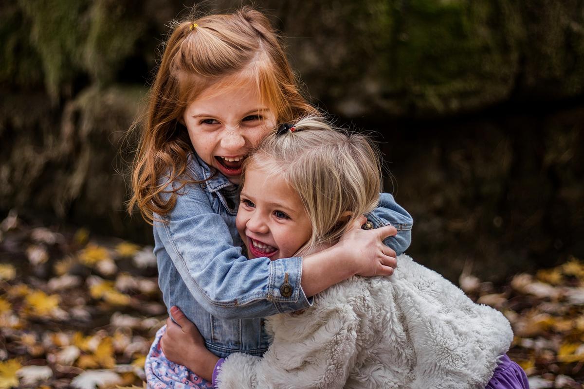 To børn der krammer
