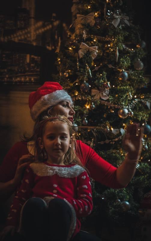 Mor og datter i julekostumer