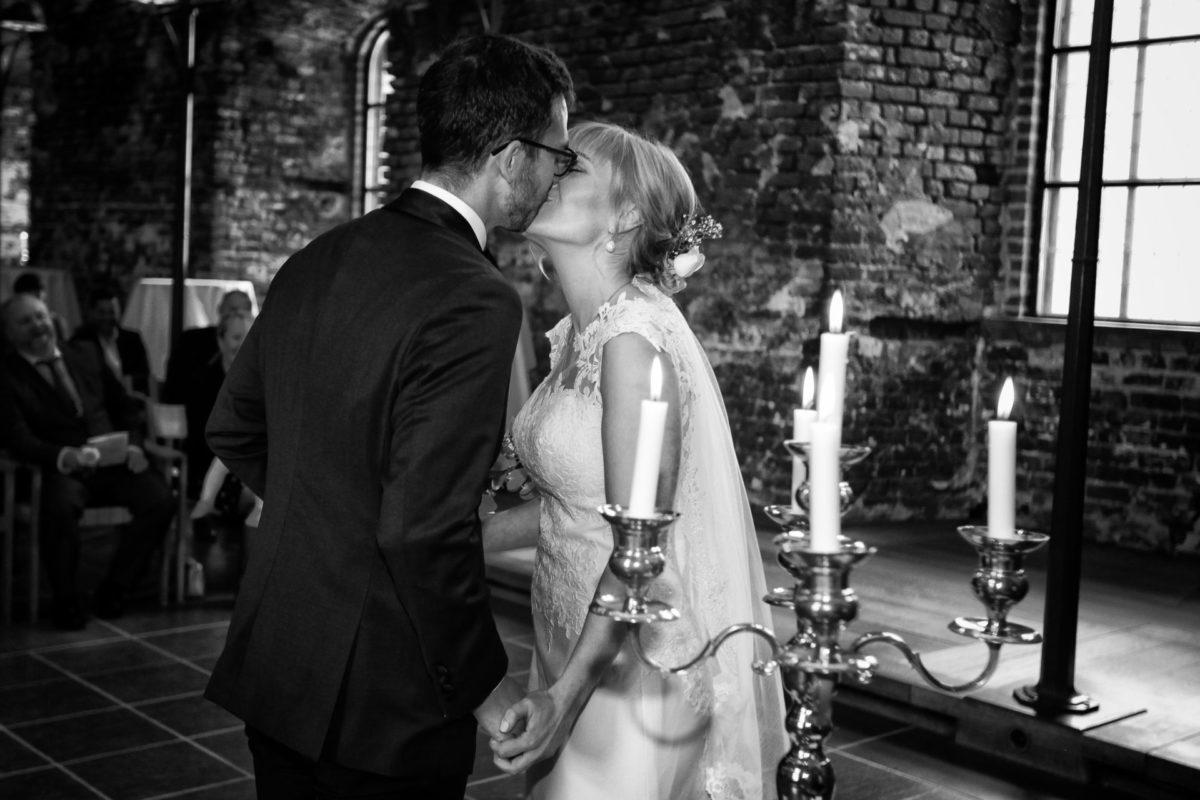 Brudepar kysser i kirke