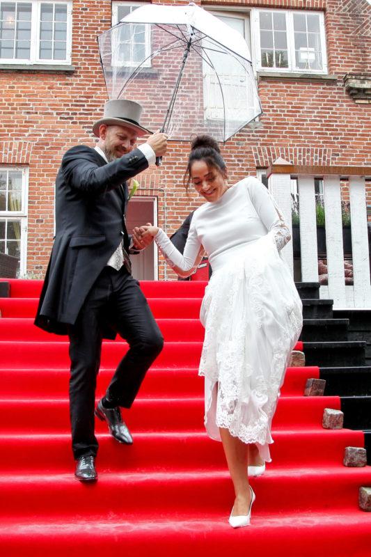 Nygift brudepar på rød løber