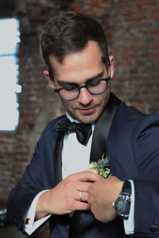 Brudgom med blomst i brystlomme