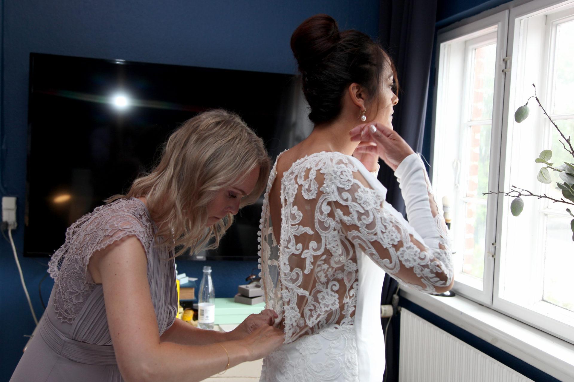Brudekjolen klargøres til bryllup
