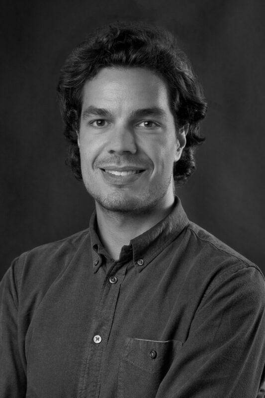 CV billede af ung mand i sort hvid