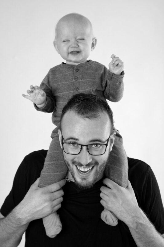 Baby på skuldrene af sin far