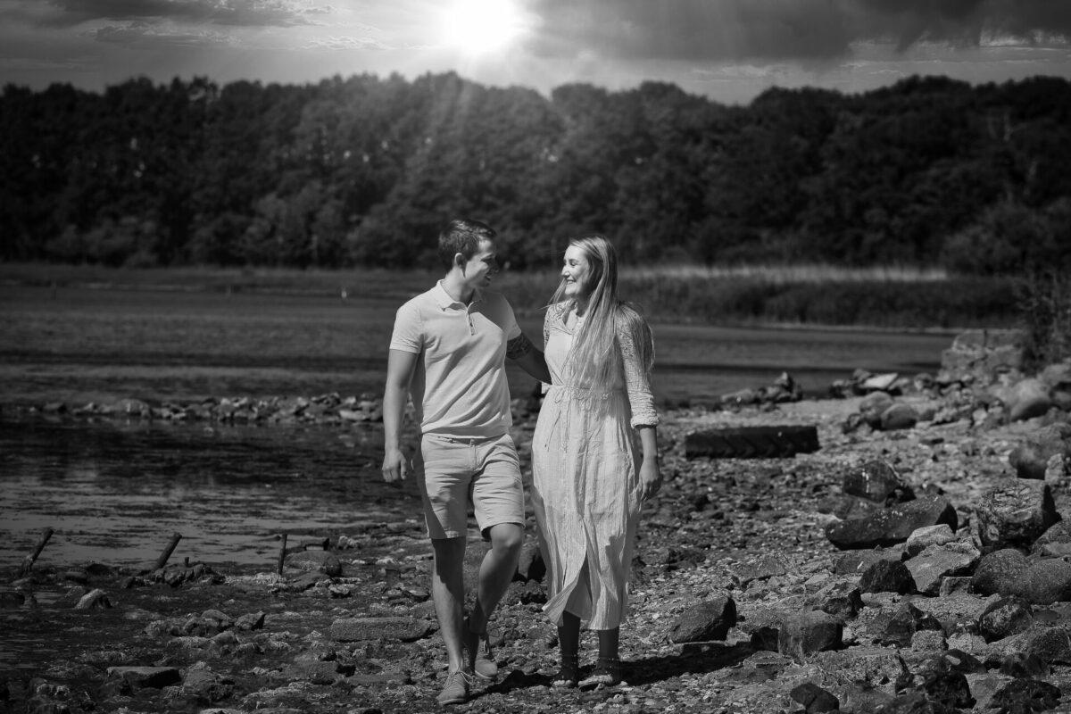 Sort hvid billede af kærestepar ved sø