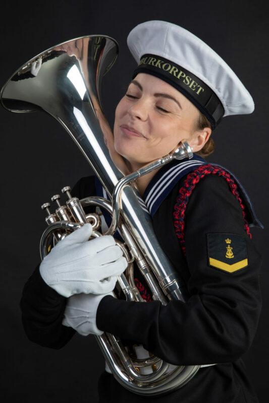 Ung kvinde fra Tamburkorpset med tuba