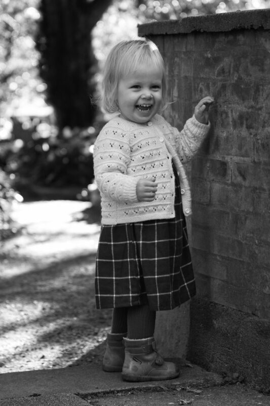 Sort hvid billede af lille pige udendørs