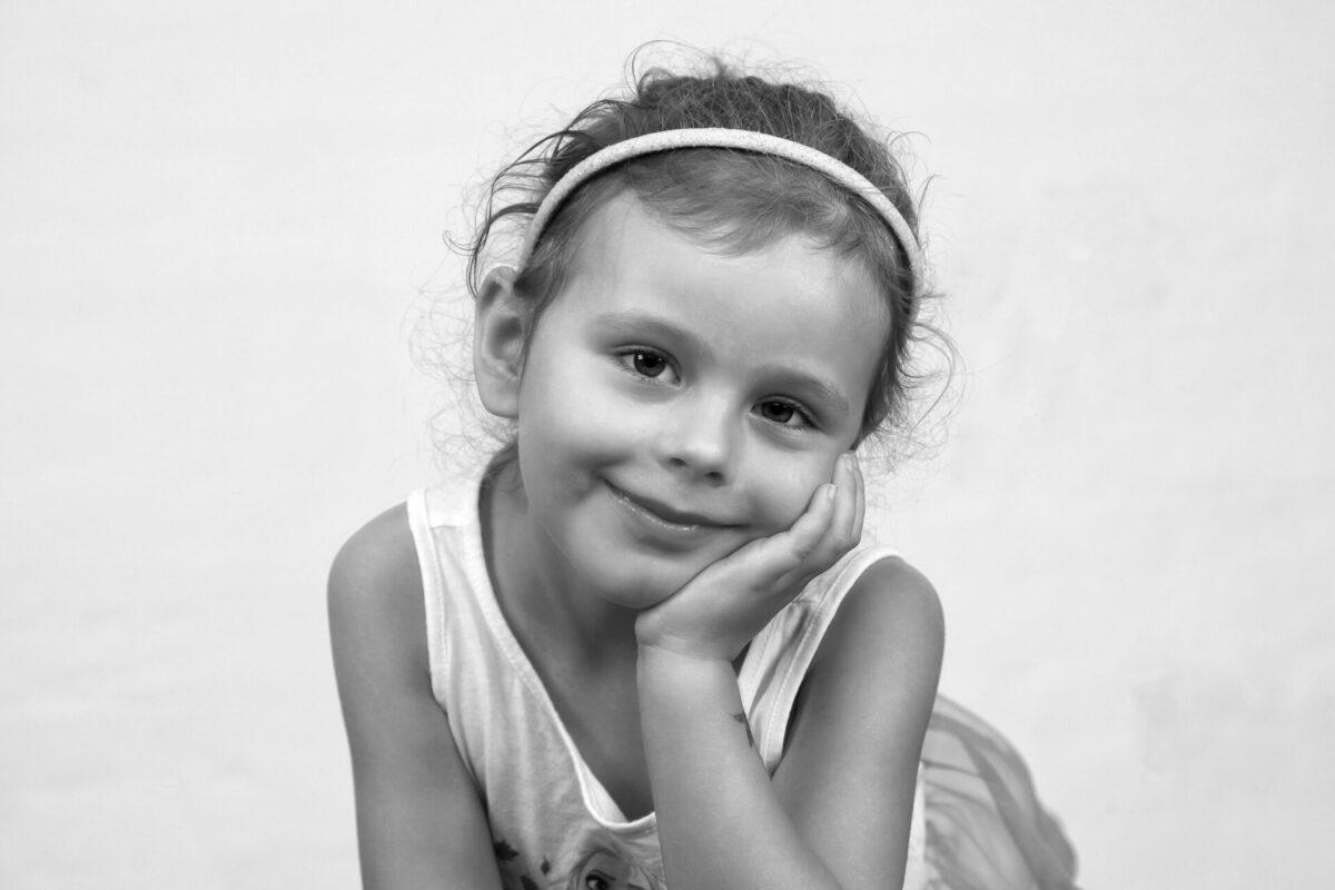 Portrætbillede af lille pige med hårbånd