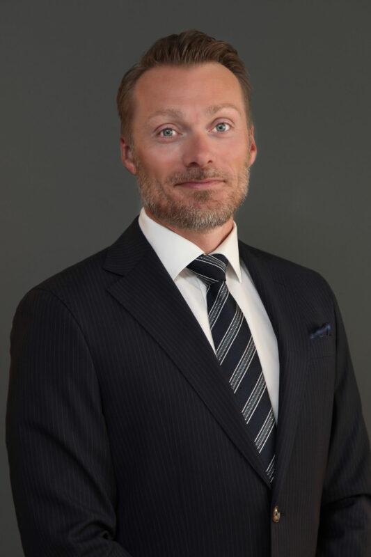 Portrætbillede af mand i jakkesæt