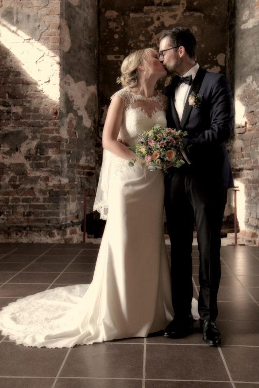 Gift mand og kvinde kysser