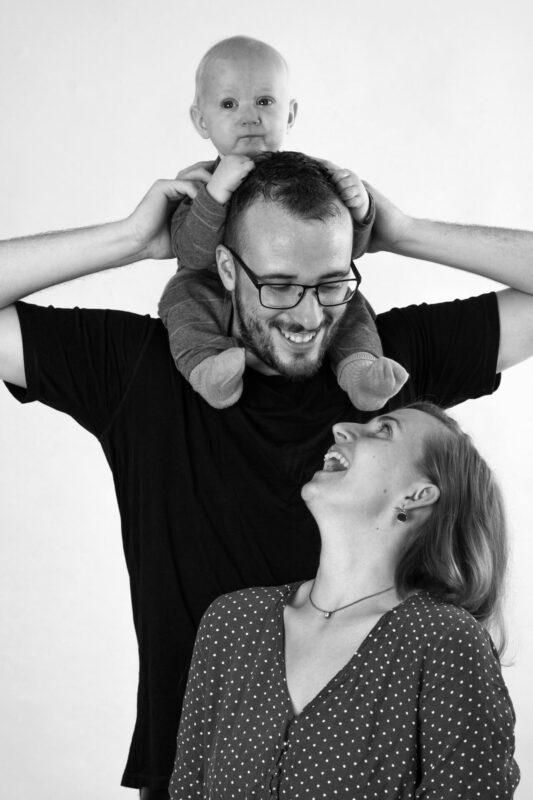 Nybagt familie billede med baby