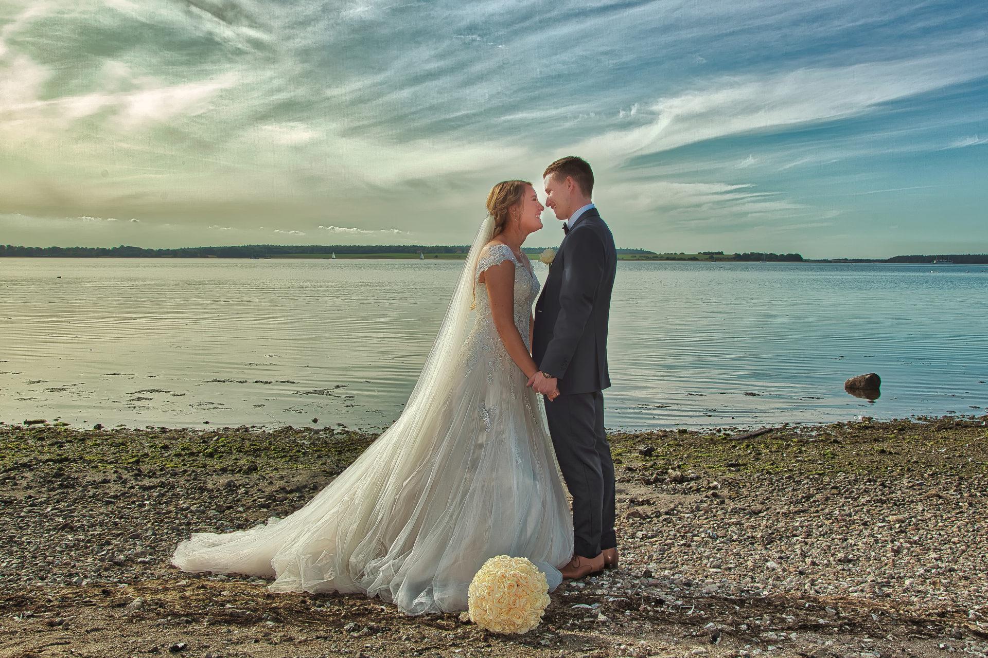 Nygift brudepar på strand