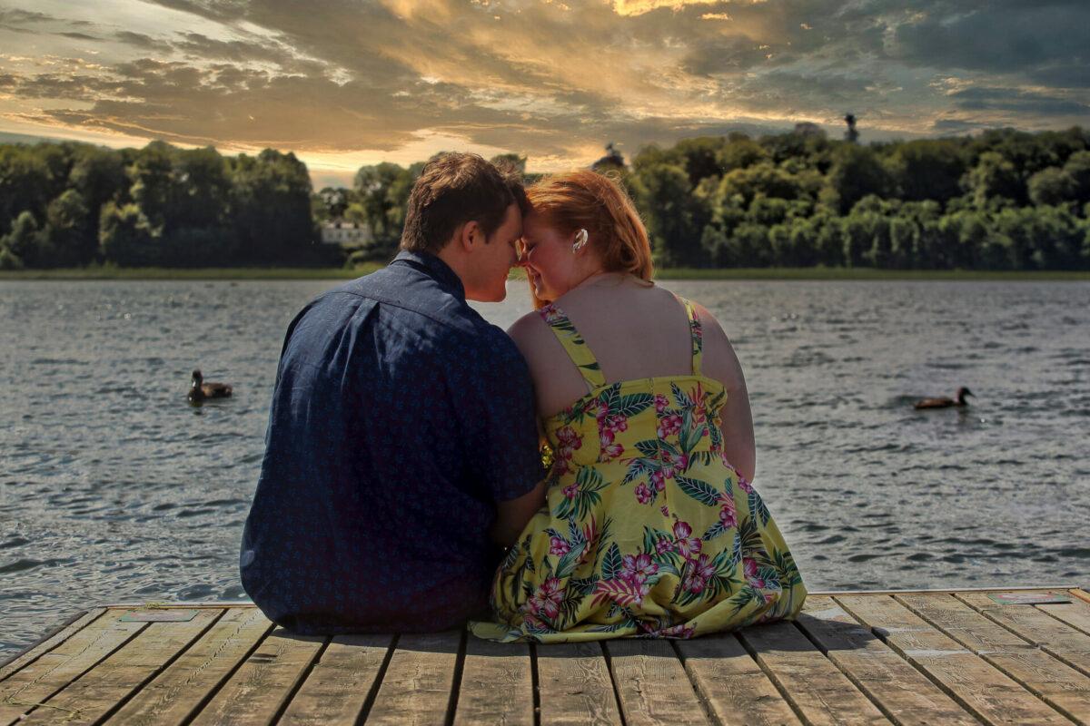 Kærestepar portrætbillede ved sø