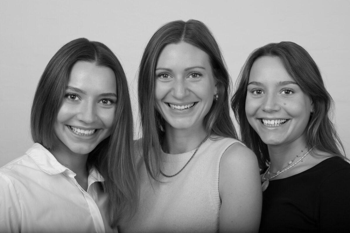 Portræt af tre søstre i sort hvid